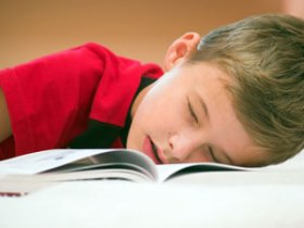 djeca spavaju vise